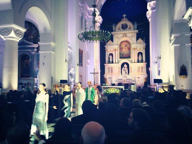 Pokaz mody w kościele, czyli jak Zień zakpił sobie z księży