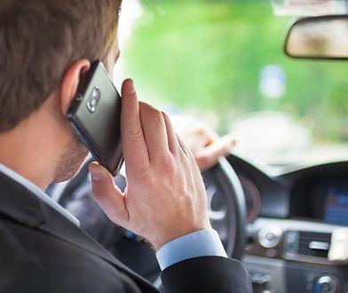 Polacy nagminnie korzystają z telefonu podczas prowadzenia auta