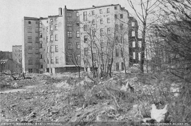Kamienica na Grabiszynie. Choć zdjęcie pochodzi z 1959 roku, ciągle widać ślady wojny.