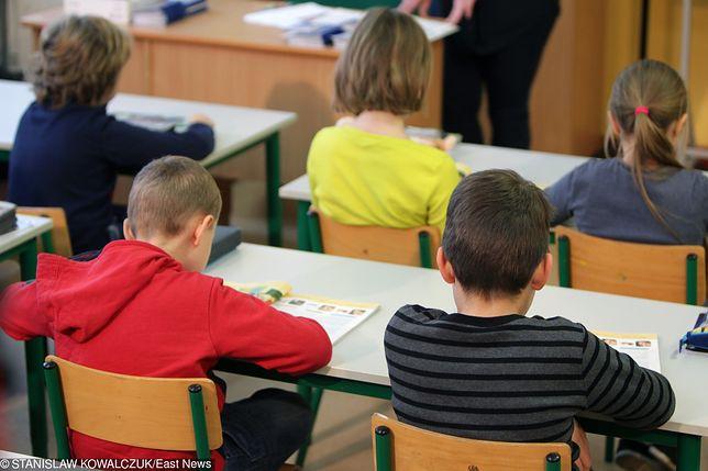 W związku z przepełnieniem, dzieci muszą się uczyć m.in. na stołówce i korytarzu