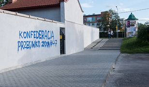 Antysemicki napis na murze cmentarza żydowskiego w Tarnowie
