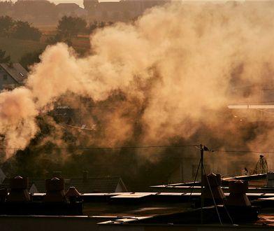 Dym z kominów tworzący smog nad Raciborzem