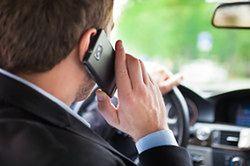 Korzystanie z telefonu podczas jazdy: zagrożenie, które bagatelizujemy