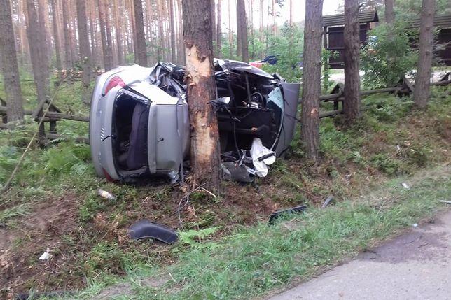 Tragiczny wypadek w Wilczej Woli. Samochód wbił się w drzewo