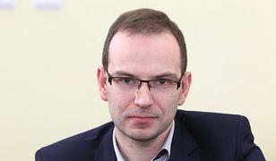 """Marcin Kamil Duszek tłumaczy się z kontrowersyjnych zdjęć. """"Nie znam tej pani w stringach"""""""