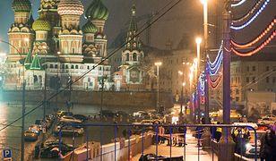 Ciało Borysa Niemcowa na moście, gdzie został zastrzelony
