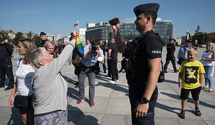 Warszawa. Pikieta podczas ceremonii upamiętniającej katastrofę smoleńską [ZDJĘCIA]