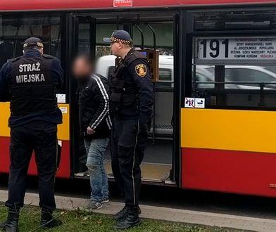 Kierowca wyrzucił pasażerów z autobusu... przez bezdomnego