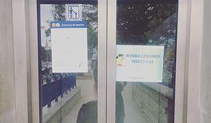 Takie kartki to częsty widok na stacjach warszawskiego metra.