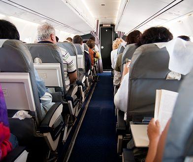 Według badań, 9 na 10 ankietowanych nie znosi, gdy osoba przed nimi rozkłada siedzenie