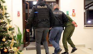 Jeden z podejrzanych wyprowadzany po przesłuchaniu w Prokuraturze Rejonowej w Ełku