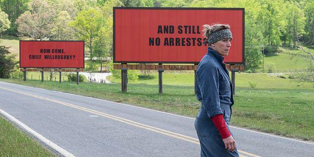 Frances McDormand zagrała matkę zgwałconej i zamordowanej dziewczyny. Jej bohaterka motywuje policję do działania kontrowersyjnymi billboardami