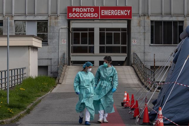 """Symboliczne zdjęcie z włoskiego szpitala. """"Życie toczy się dalej"""""""
