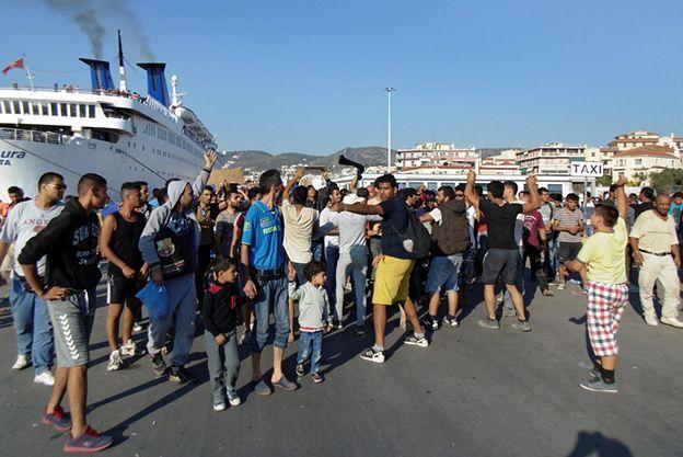 Setki Afgańczyków próbowały wtargnąć na prom do Aten