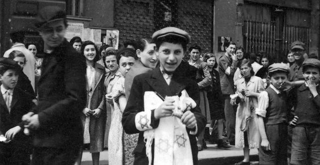 Chłopiec sprzedający opaski z gwiazdą Dawida w Warszawie