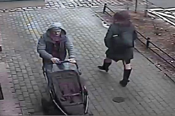 Uwaga złodziej na Mokotowie! Ukradł wózek dziecięcy. Szuka go policja