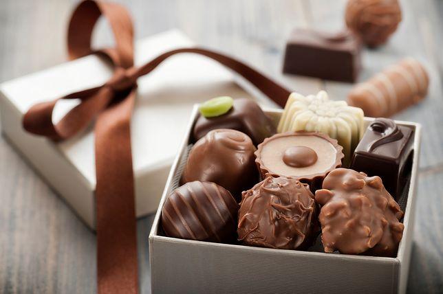Upominek nie musi być banalny - teraz popularne są czekoladki w personalizowanym opakowaniu