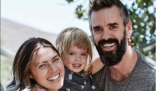 Rodzina Kyl i Brent Myer z dzieckiem, którego płci nie podają