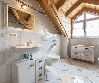 Łazienka na poddaszu może być funkcjonalna, ale wymaga doboru mebli i dodatków.