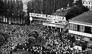 """""""Solidarność"""" przyciągała ludzi o bardzo różnych poglądach, pochodzących z różnych warstw społecznych. Na zdjęciu strajk w Gdańsku w sierpniu 1980"""