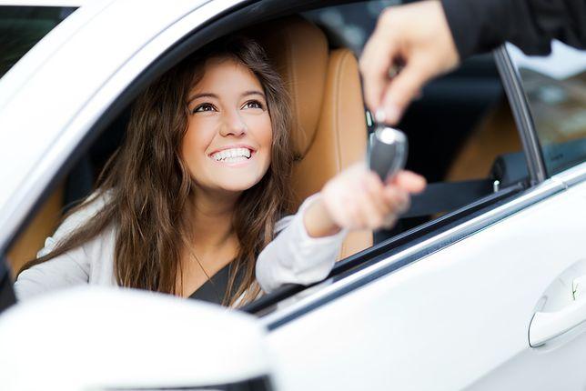 Panie w salonie sprzedaży samochodów – na co zwracają uwagę