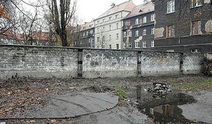 Mieszkańcy kamienicy z Zabrza stawiają mur. Mają dosyć Romów