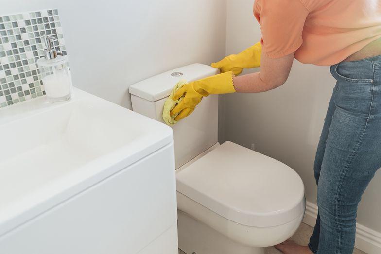Hotelowa sztuczka na czystą toaletę. Pokochasz ten sposób