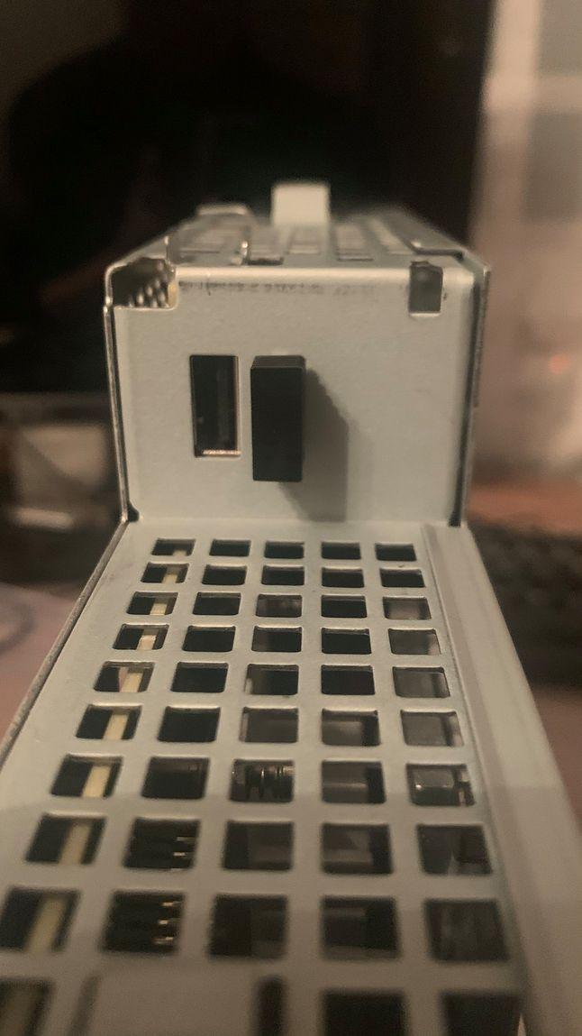 Dwa dyskretne USB, które można użyć jako miejsce do schowania odbiornika do zestawu bezprzewodowego