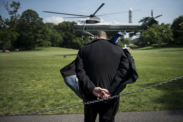 Agent Secret Service przy lądowisku dla śmigłowców na dziedzińcu Białego Domu
