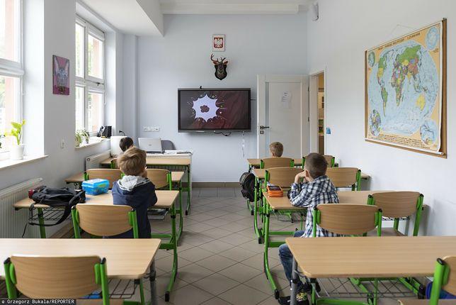 Koronawirus w Polsce.Rusza nauka hybrydowa w klasach I-III