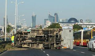 Warszawa. Wypadek na Alejach Jerozolimskich. Ciężarówka na drodze