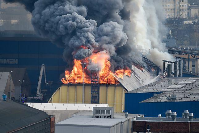 Gdynia. W porcie palą się magazyny zbożowe. Trwa akcja strażaków