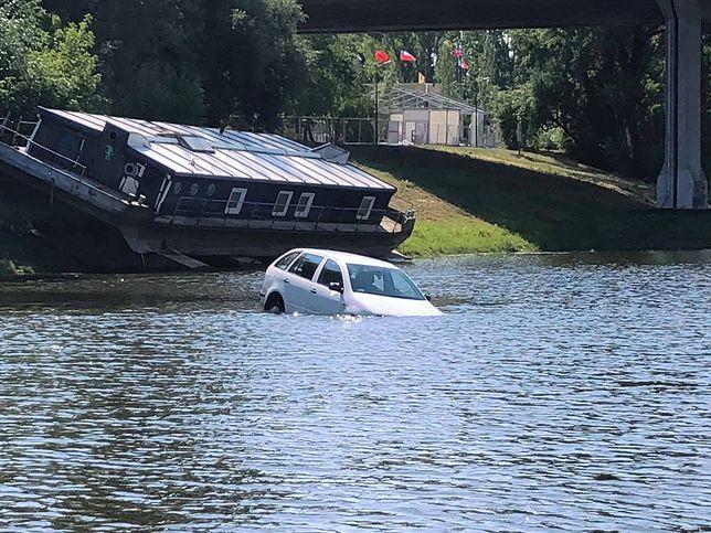 Samochód pływa w Porcie Czerniawskim