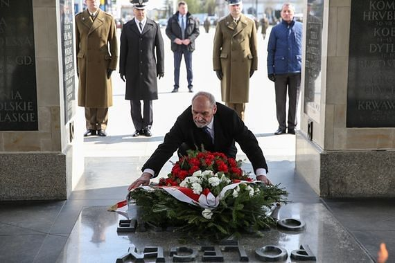 """Macierewicz: """"stołeczny garnizon ma obowiązek strzec popiersia Lecha Kaczyńskiego"""""""
