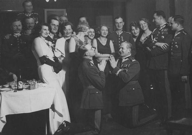 Jedno z najsłynniejszych zdjęć przedstawiających przedwojenne elity w trakcie zabawy. Klęczy gen. Bolesław Wieniawa-Długoszowski (z prawej)