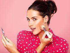 Jak wymodelować twarz za pomocą makijażu? Najlepiej sprawdzają się bronzery i róże w odcieniu terakoty.