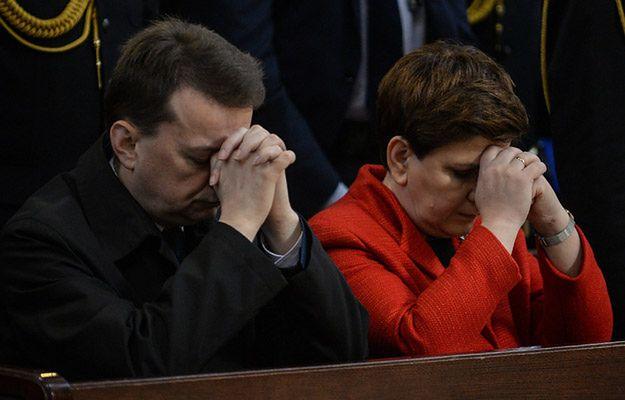 Szef MSWIA Mariusz Błaszczak, premier Beata Szydło w trakcie mszy św. odprawionej w ramach obchodów Dnia Strażaka w Bazylice Katedralnej św. Floriana w Warszawie