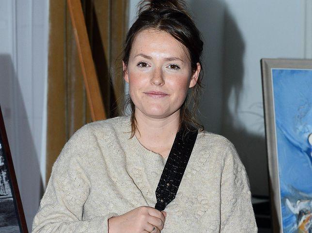 Olga Frycz na spacerze z dzieckiem