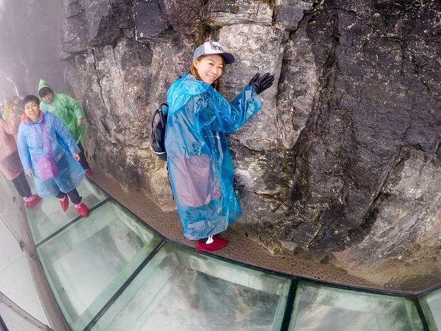 Na szlaku znajdują się trzy odcinki ze szklanym dnem