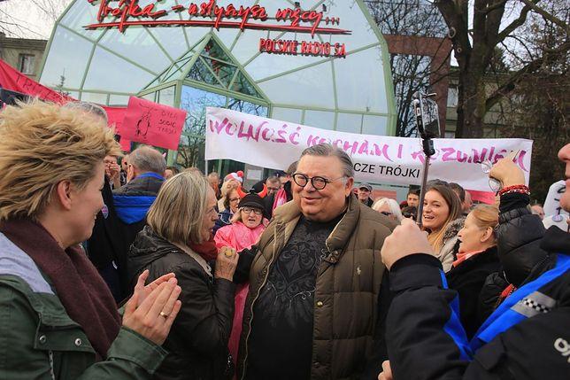 """Protesty przed siedzibą """"Trójki"""". Dziennikarze i słuchacze przeciw zwolnieniom"""