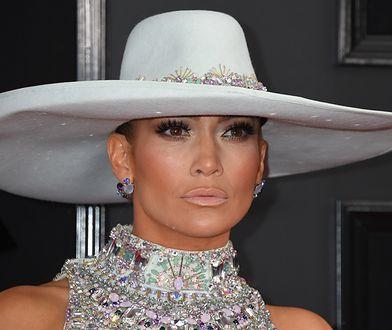 Jennifer Lopez chciała pochwalić się płaskim brzuchem. Uwagę fanów zwrócił jej telefon