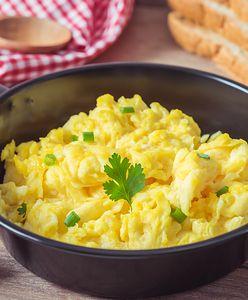Jajecznica bez masła i oleju. Delikatny smak i kremowa konsystencja