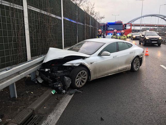 Katowice. Wypadek na tzw. zakręcie mistrzów. Tesla rozbita