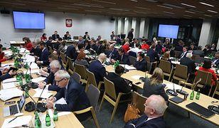 """Sejmowy maraton nad """"ustawą dyscyplinującą"""". Drzemka na korytarzu i przy stole obrad. Co na to PIP?"""
