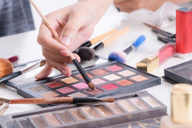 Paleta do makijażu jest wygodna i ułatwia malowanie
