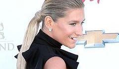 Kesha na salonach bez majtek?