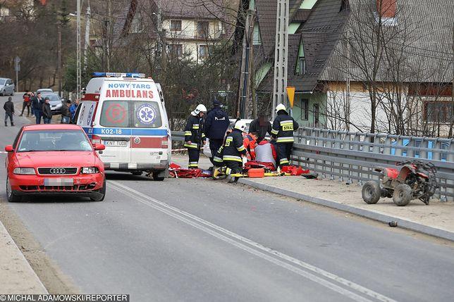 Zdjęcie z marca. 9-latek, bez opieki, bez kasku, jadąc na quadzie, uderzył w samochód.