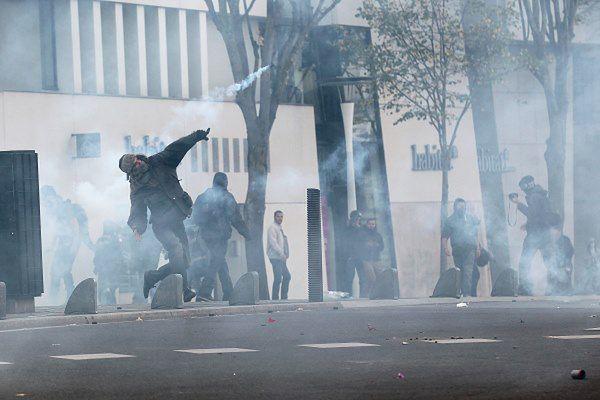 Niektórzy protestujący obrzucali policję koktajlami Mołotowa