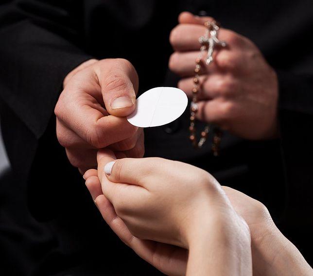Mąż zarażonej kobiety rozdawał komunię w kościele