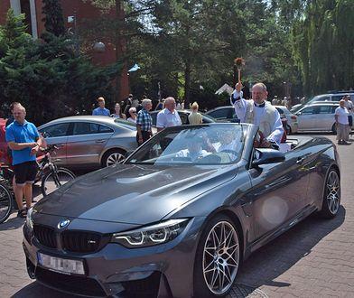 Ksiądz święcił z pokładu 430-konnego BMW